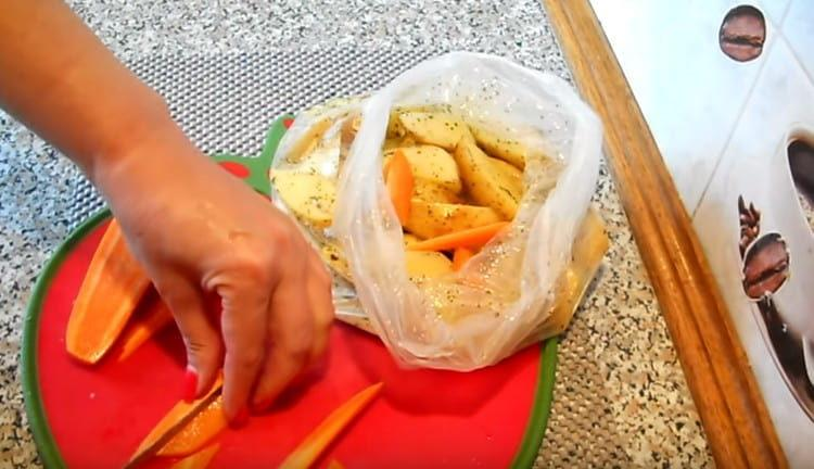 Нарезаем соломкой морковь и добавляем в картошке.