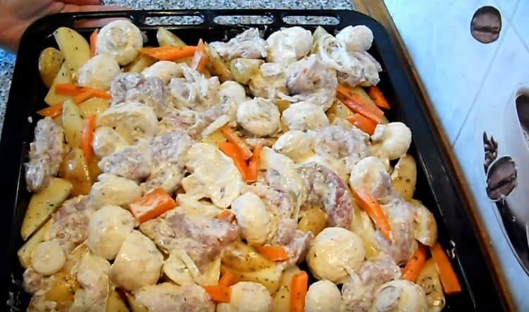 Поверх картофеля распределяем мясо с луком, грибы.