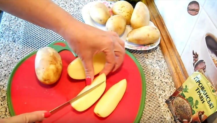 Картофель моем и нарезаем ломтиками.