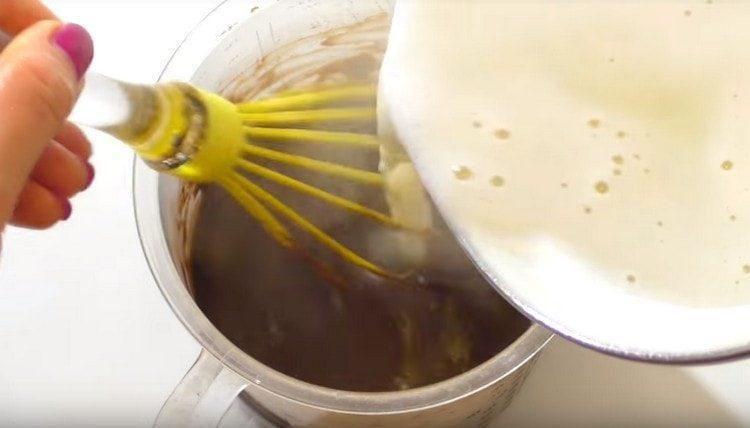 В шоколадную заготовку вводим горячее молоко и перемешиваем.