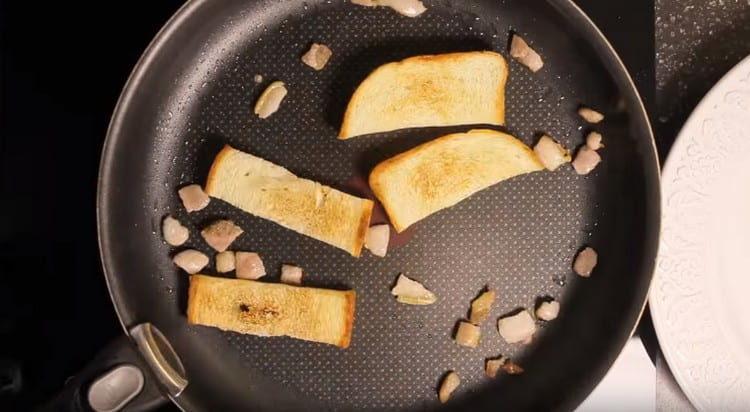 Вместе с беконом обжариваем ломтики хлеба.