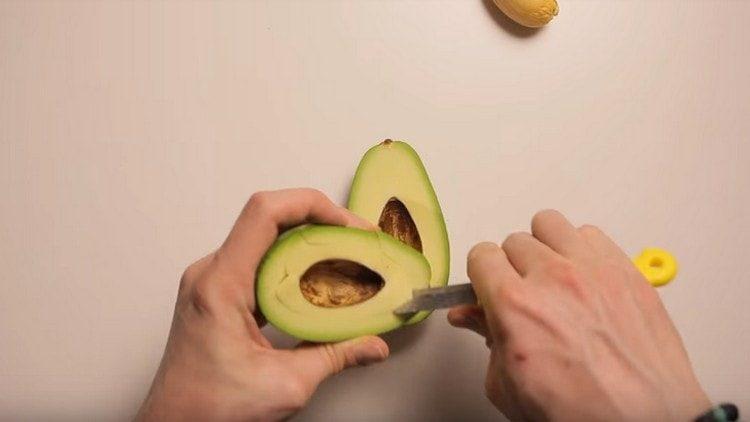 Из авокадо убираем косточку и часть мякоти вырезаем.