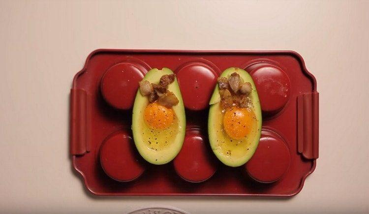 Добавляем бекон и отправляем авокадо в духовку.