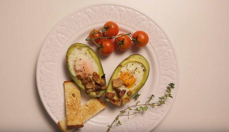 такой завтрак с авокадо получается питательным и вкусным.