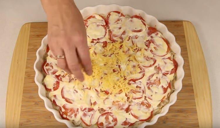 Посыпаем полуготовое блюдо тертым сыром.