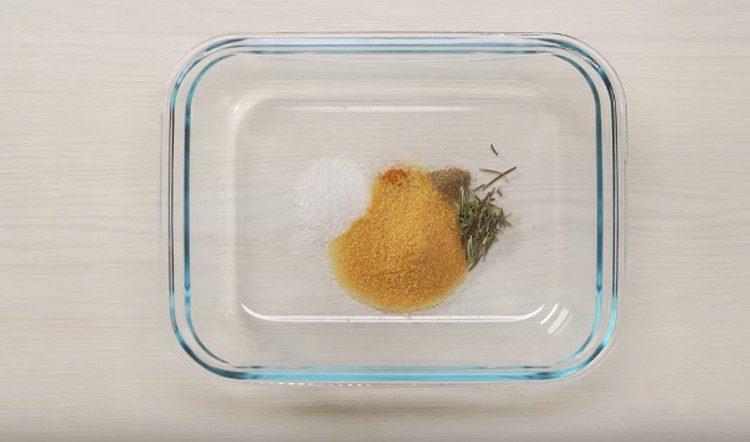 Всыпаем в форму для запекания специи и сахар для маринада.