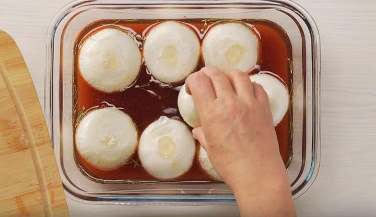 Выкладываем луковицы в маринад и ставим в холодильник.