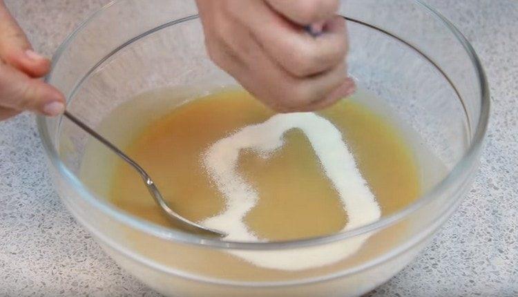 Высыпаем половину желатина, перемешиваем с пюре.