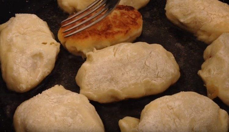 Сначала обжариваем зразы на сковороде, потом доводим до готовности в духовке.