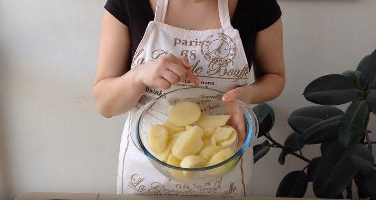 Картофель нужно отварить до готовности.