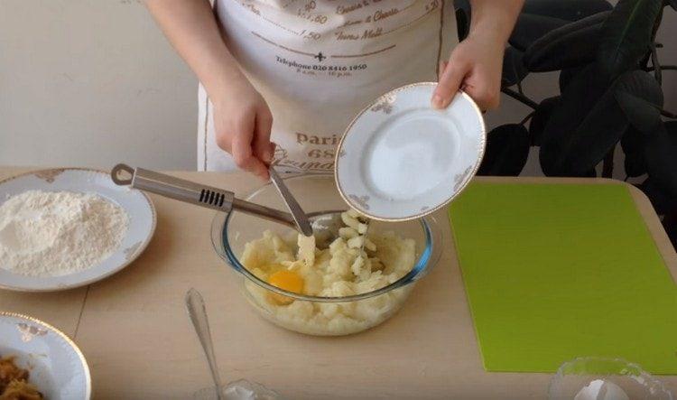 Добавляем в пюре из картошки масло и яйцо, перемешиваем.