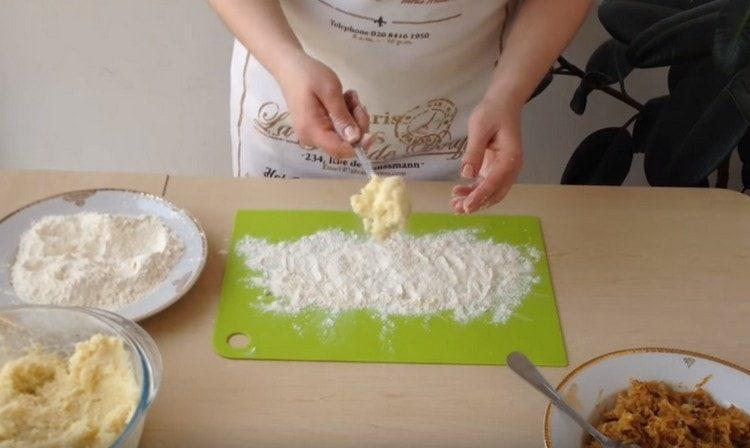 На присыпанную мукой поверхность ложкой выкладываем порцию теста.