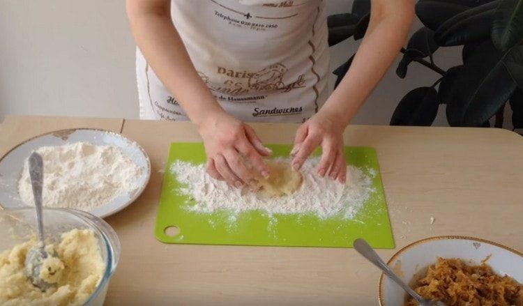 Формируем из картофельного теста лепешку.