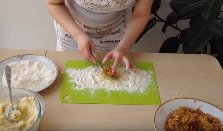 На центр лепешки выкладываем капустную начинку.