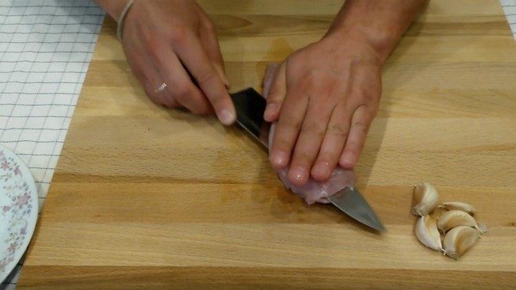 Филе индейки разрезаем пополам поперек.