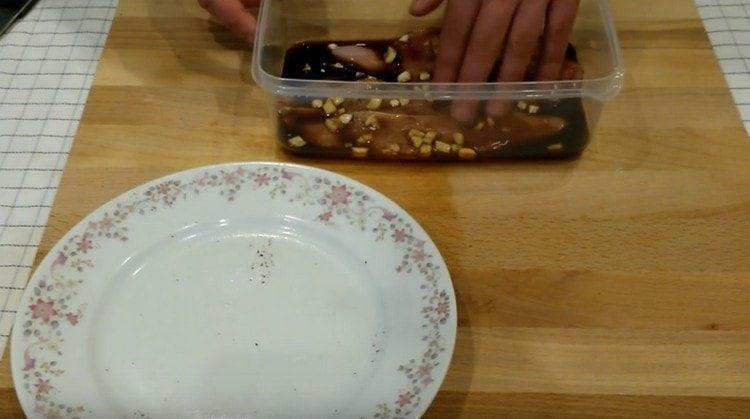 Заливаем мясо птицы соевым соусом и оставляем мариноваться.