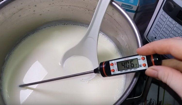 Остужаем молоко до температуры 40 градусов.