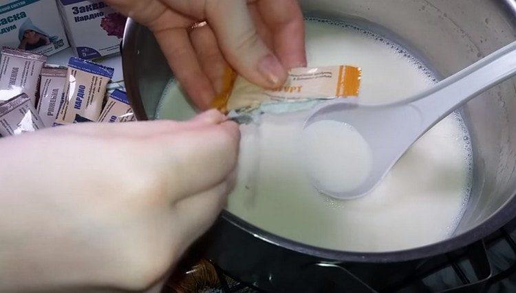Высыпаем в молоко закваску.