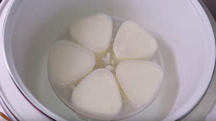 Ставим формочки в мультиварку и включаем режим для приготовления йогурта.