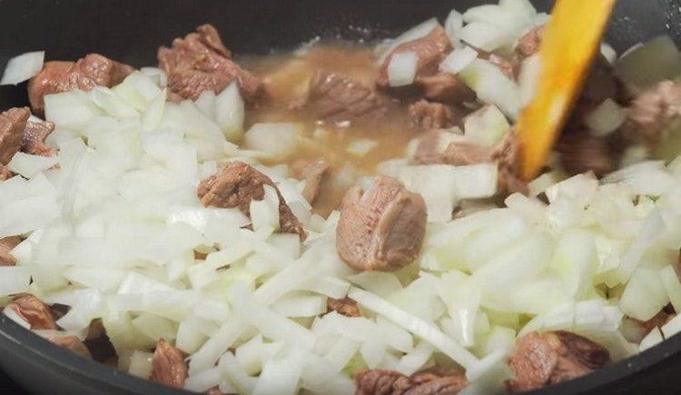К мясу добавляем мелко нарезанный лук.