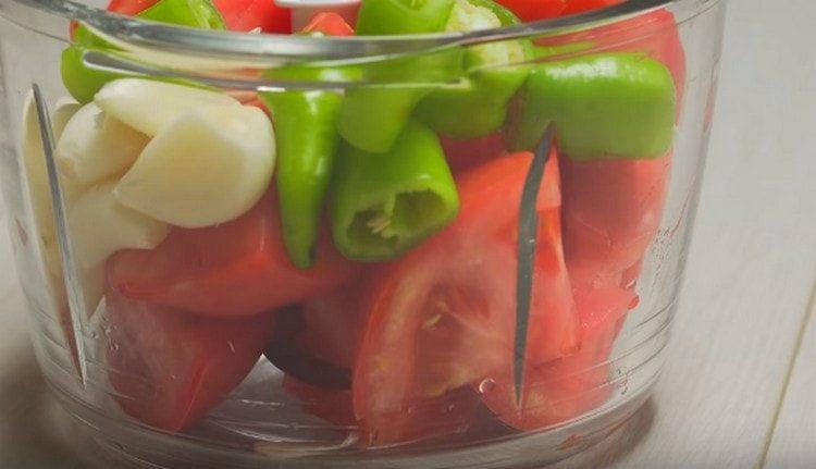 Добавляем к помидорам чеснок и острый перец.