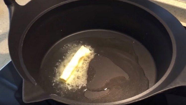 В сотейнике растапливаем сливочное масло, добавляем также растительное.