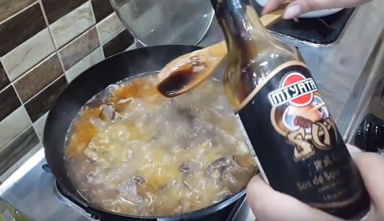 Добавляем на сковороду немного соевого соуса.