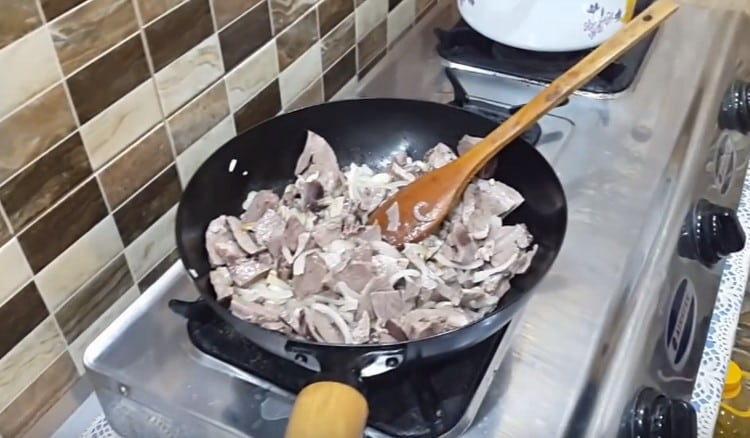 Выкладываем субпродукт на сковороду к луку.
