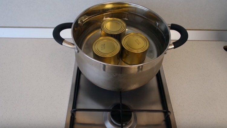 Заливаем банки в кастрюле водой и ставим вариться.