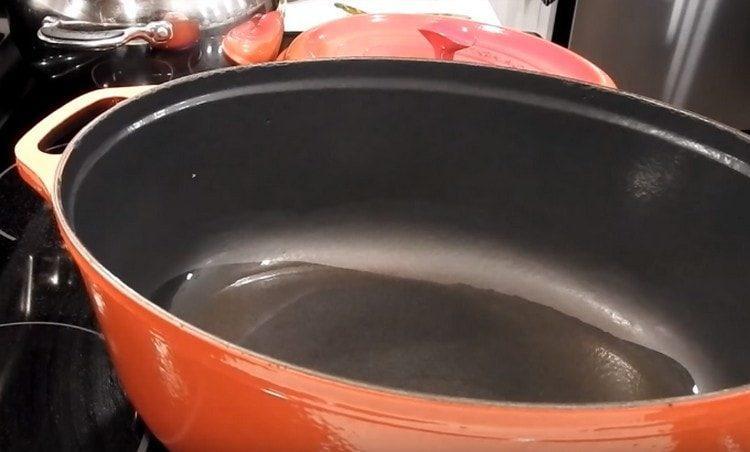 В сковороде разогреваем растительное масло.