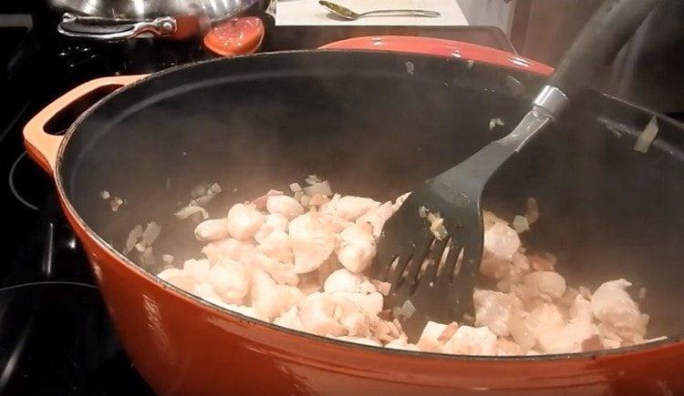 Выкладываем на сковороду курицу.