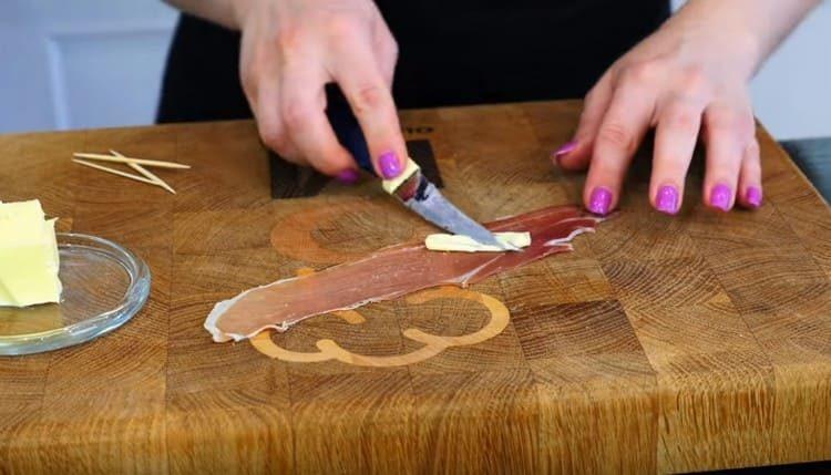 Тоненькие полоски бекона смазываем сливочным маслом.