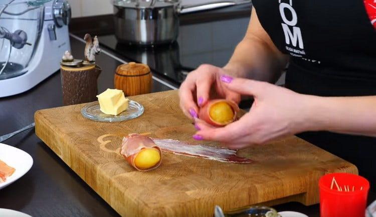 Заворачиваем картошку в бекон.