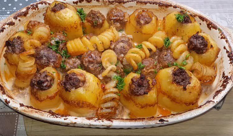 Картофель, фаршированный фаршем, это достойное блюдо даже для праздничного стола.