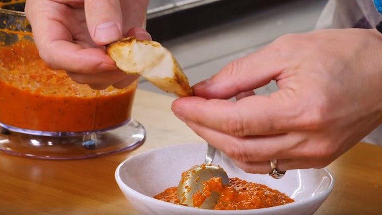 Кушать кратошку вкусно с пряным соусом.