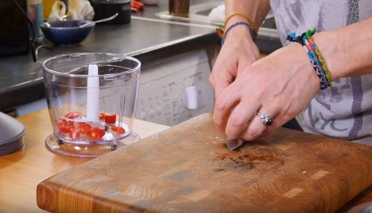 Нарезаем мелко чеснок, острый перец и выкладываем в чашу блендера.
