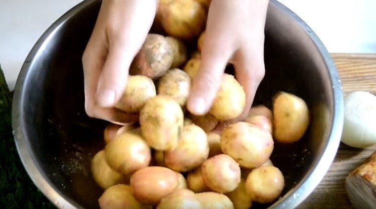 Добавляе специи, растительное масло и тщательно перемешиваем картофель.
