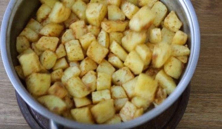 Перемешиваем картофель, чтобы специи хорошо распределились.