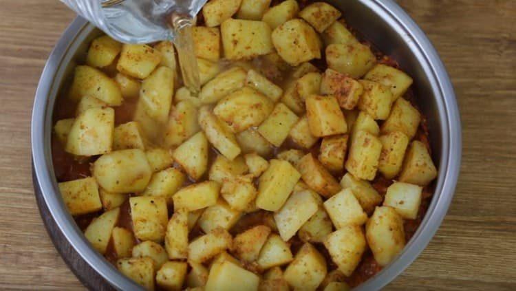 Добавляем воду и тушим картошку.