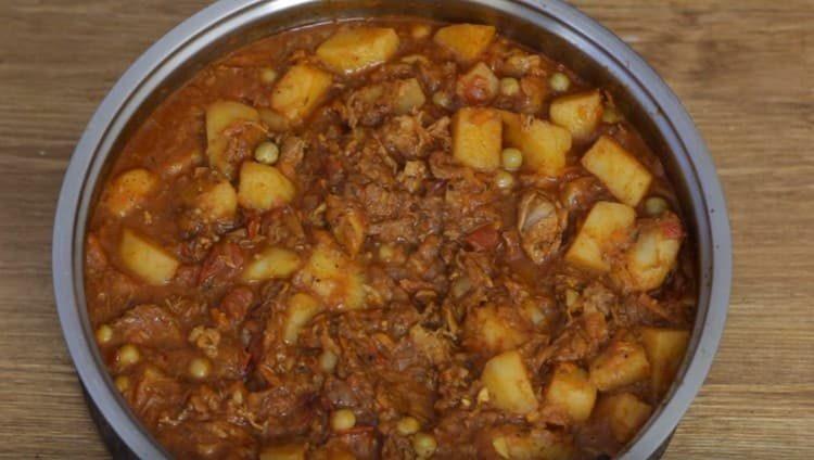 Картошка с тушенкой по этому рецепту получается не только вкусной, но и сытной.