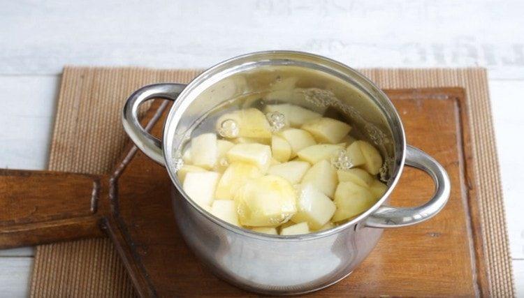 Отвариваем картошку.