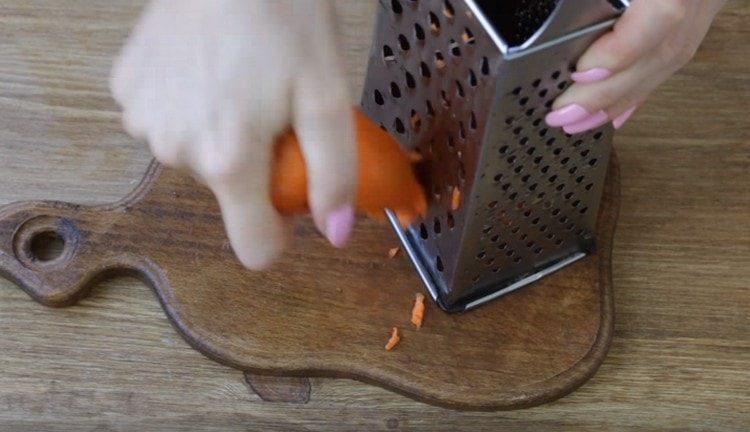 На терке трем морковку.