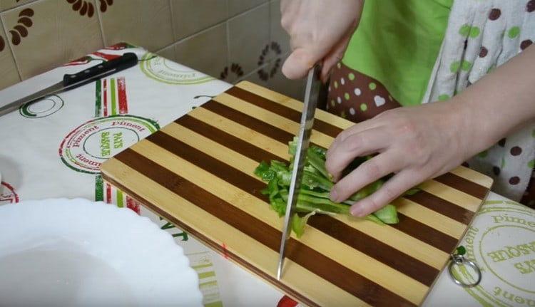 Кубиком нарезаем красный и зеленый сладкий перец.