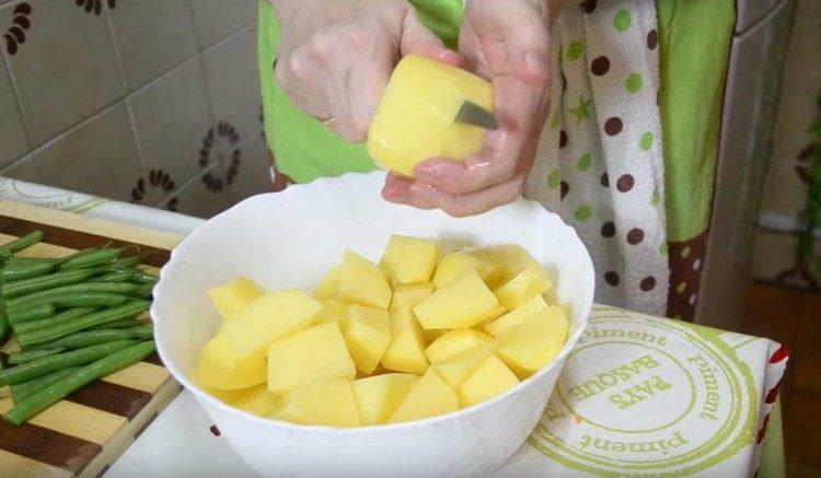 Картофель чистим и нарезаем довольно крупно.