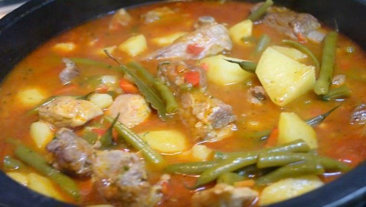 Картошка, тушеная со свиными ребрышками, это не только вкусно, но и питательно.