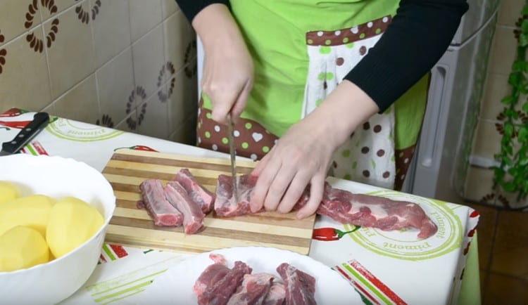 Ребрышки нарезаем порционно.