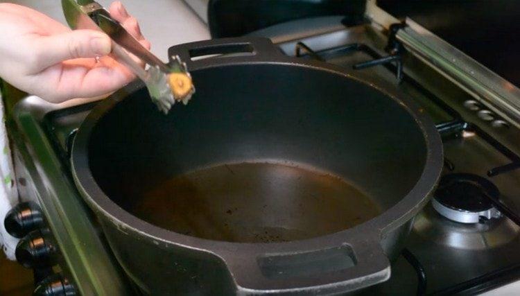 Для проверки прогрева масла обжариваем в нем зубчик чеснока и убираем, когда он зазолотится.