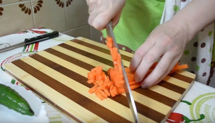 Нарезаем кубиком морковь.