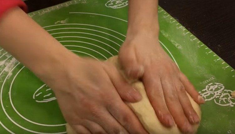 Вымешиваем тесто.