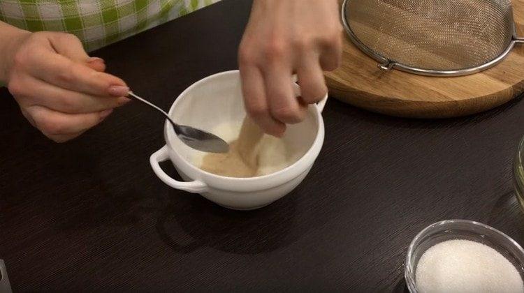 Дрожжи распускаем в теплом молоке.